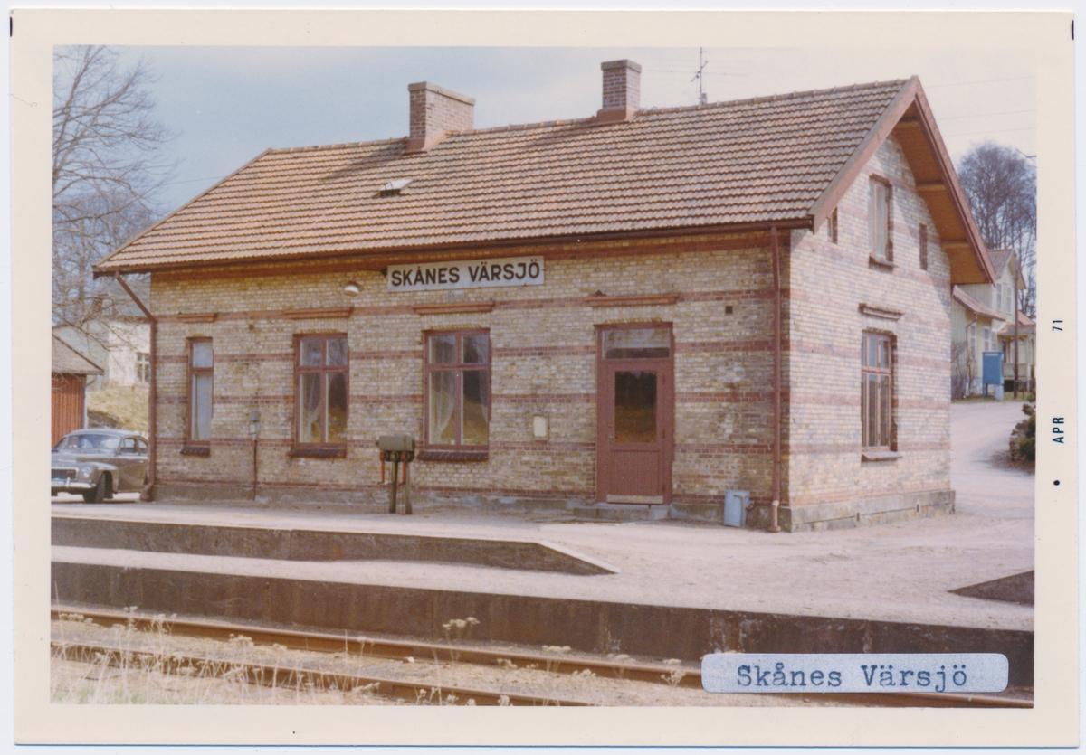 Stationen byggd 1893, station öppnad 15 mars 1895 med stationshus. Uthus och godsmagasin finns kvar. Hette tidigare VÄRSJÖ namnet ändrades 10 maj 1945. Envånings stationsbyggnad i tegel.Till SJ 1940. Persontrafiken nedlagd 1968.