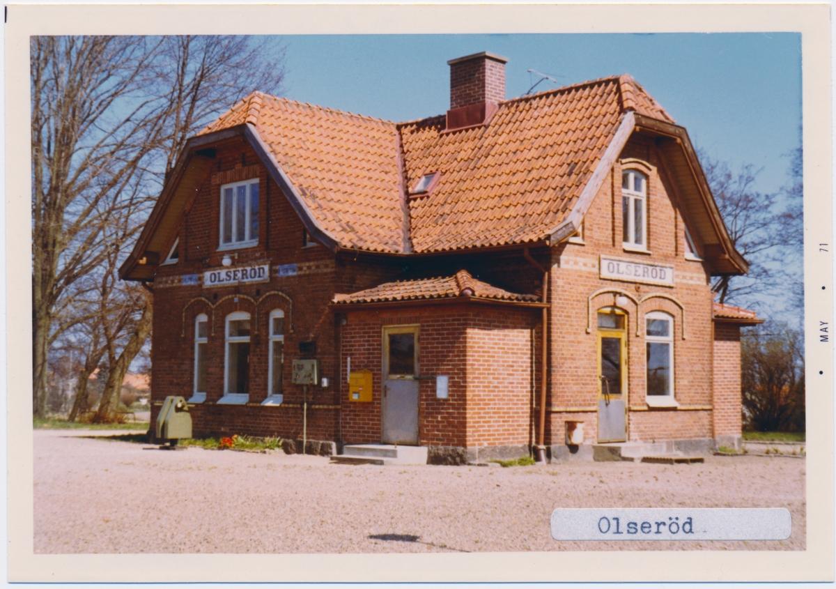 Stationen öppnad 1900. Stationshuset byggt 1901 och är ett en- och en halvvånings stationshus i tegel .Var under senare delen av trafiktiden håll- och lastplats. Finns kvar som privatbostad. Uthus, godsmagasin, lastkaj och plattform finns också kvar.Samtliga byggnader ligger på banans norra sida. Banvallen är nuförtiden en cykelled.