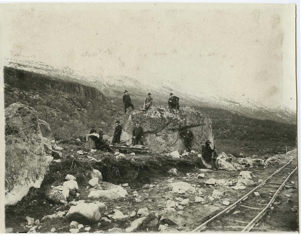 """År 1900, strax väster om Bergfors har en provisorisk järnvägsbank vid Nakerivaara lagts ut. """"Avlöningsherrarna"""" under Nakerivaara , på väg mot Torneträsk."""