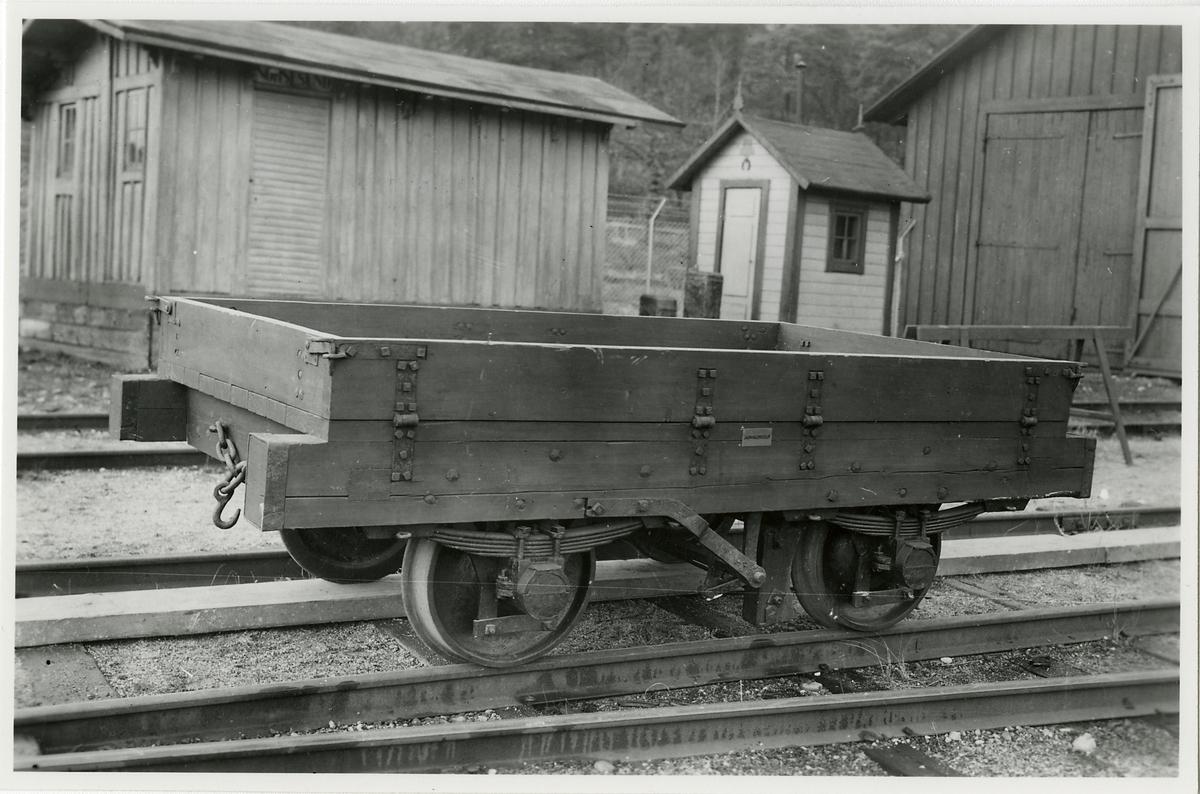 Öppen godsvagn med lämmar, rekonstruktion av vagn från Frykstad Klara Älvs Järnväg, FCJ, från 1850-talet. Smalspårig. Spårvidd 1099 mm. Rödmålad.