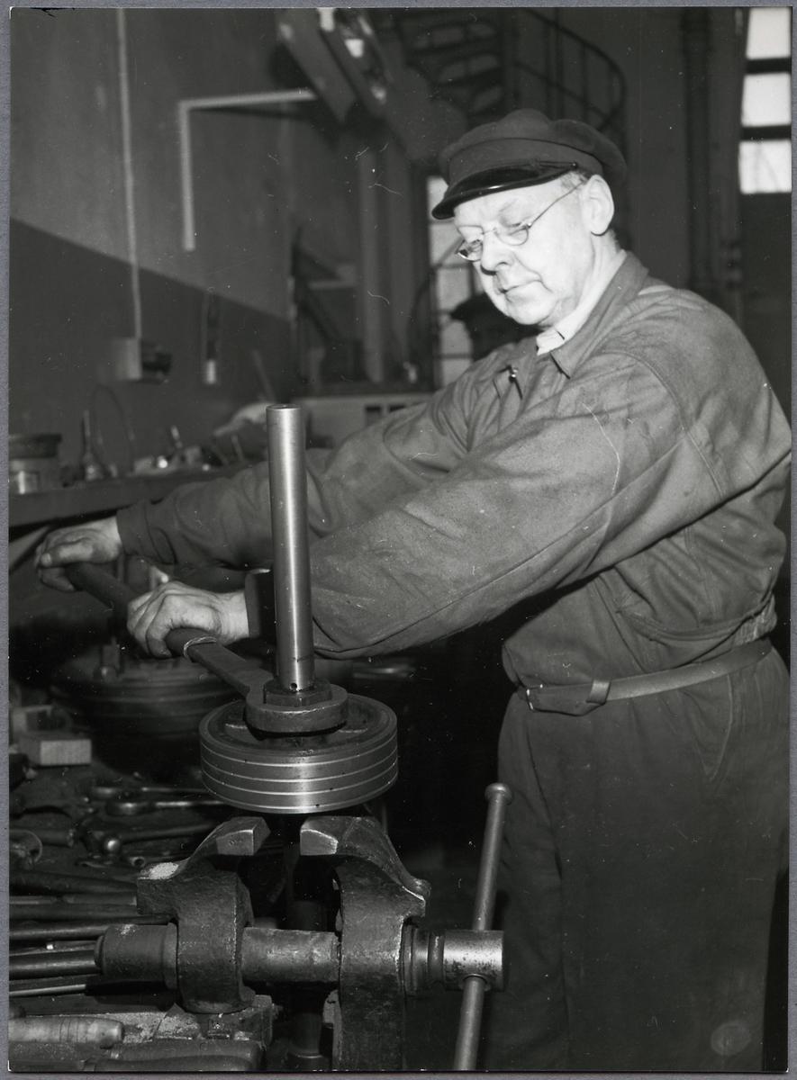 En av arbetarna i Mörby verkstad Johan Jansson.