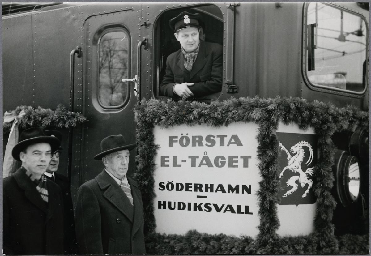 Lokföraren med flera på loket till Första eltåget på linjen mellan Söderhamn-Hudiksvall.
