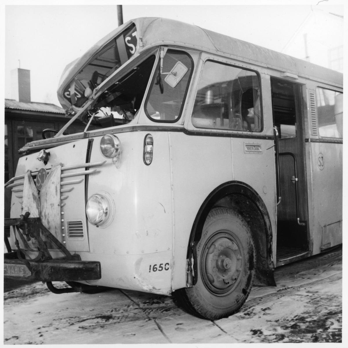 Krockskadad Scania Vabis. Statens Järnvägar, SJ buss 1650.