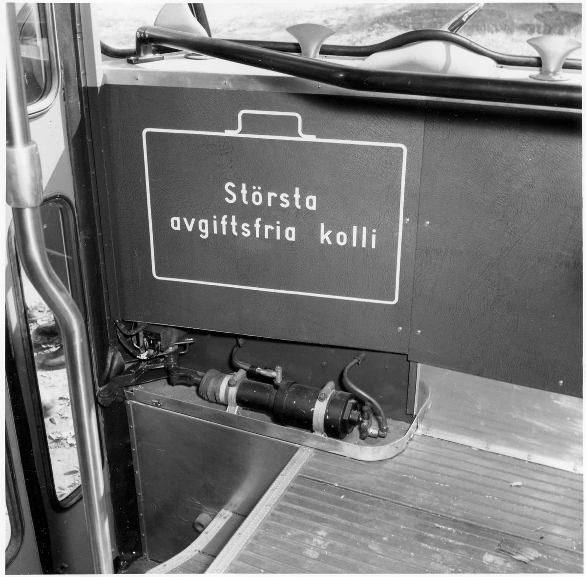 Interiör från en buss med information till passageraren.