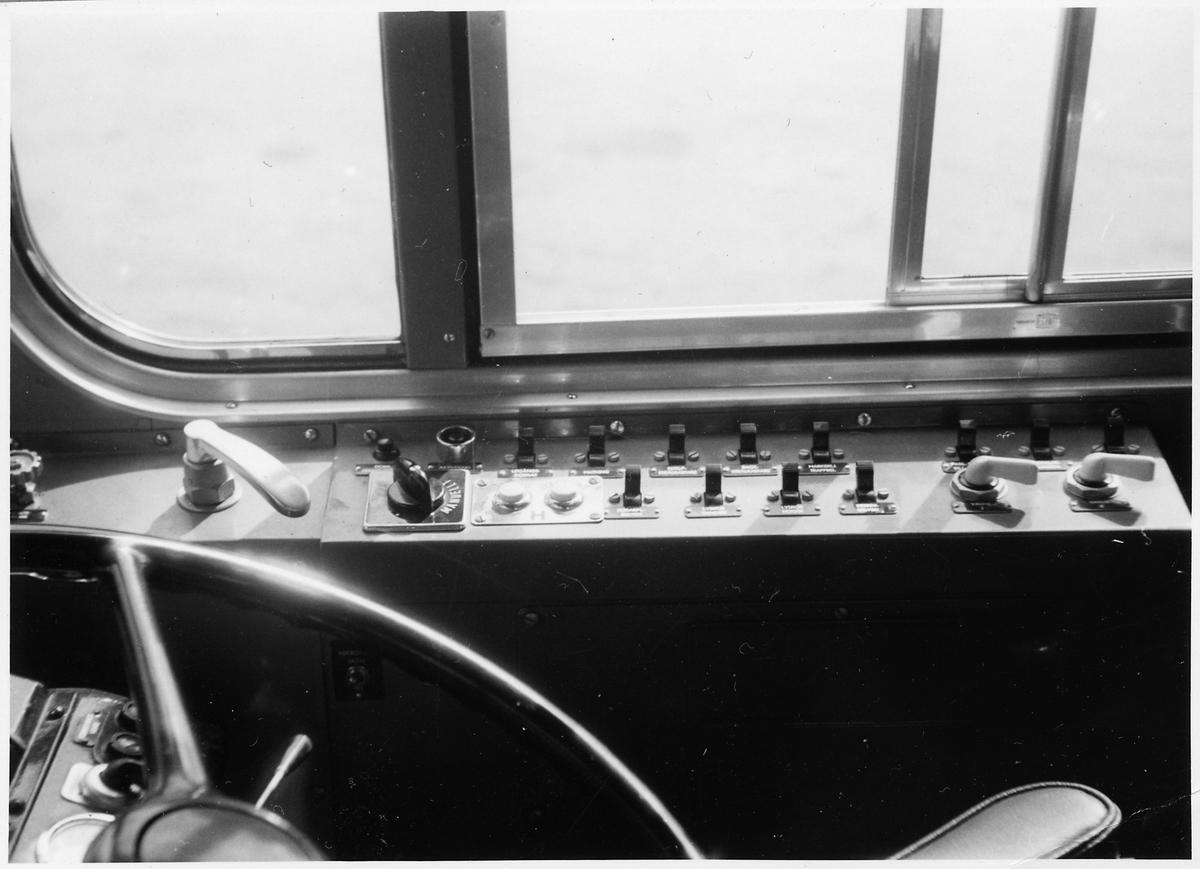 Kontrollpanel vid förarplatsen i en buss.