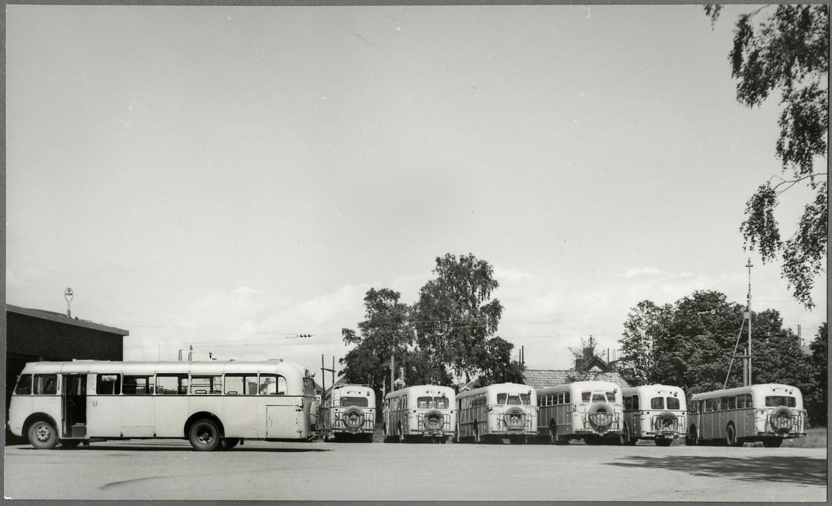 Statens Järnvägar, SJ bussar parkerade vid garage.