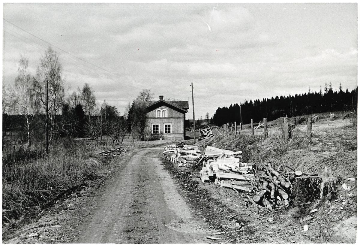 Stationshuset i Forsa beläget vid den smalspåriga järnvägen på ursprungliga bansträckan.