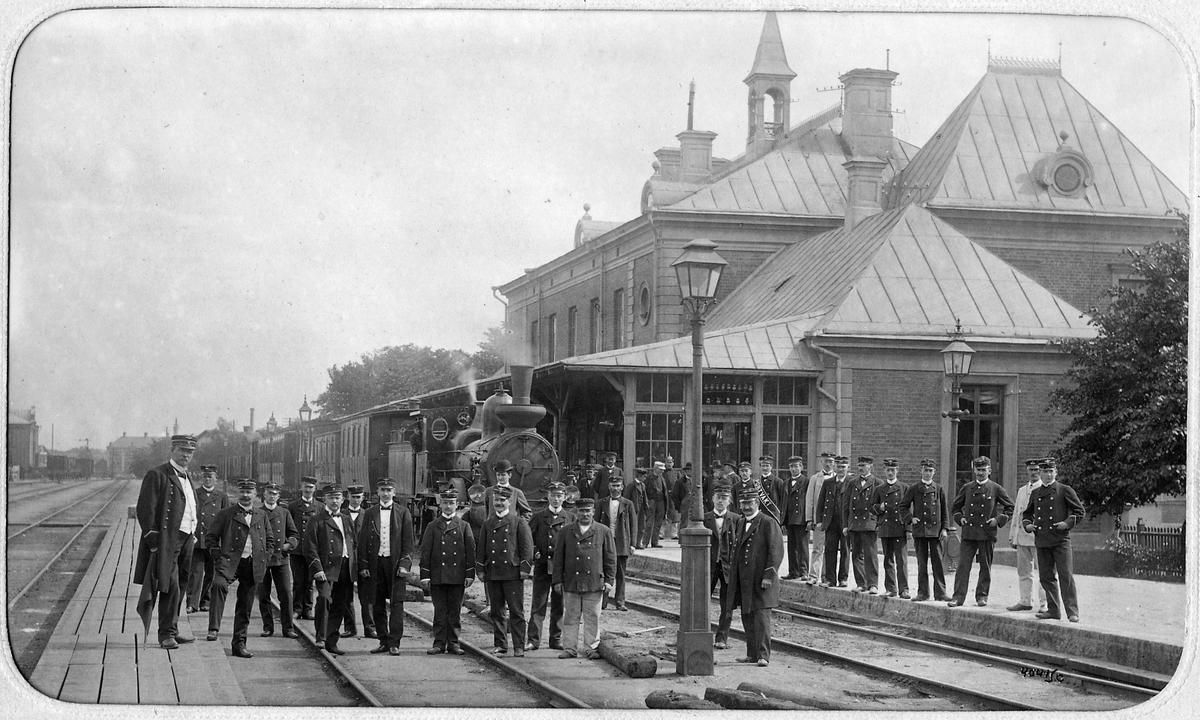 Gruppfoto av stationspersonalen i Linköping sommaren 1904.