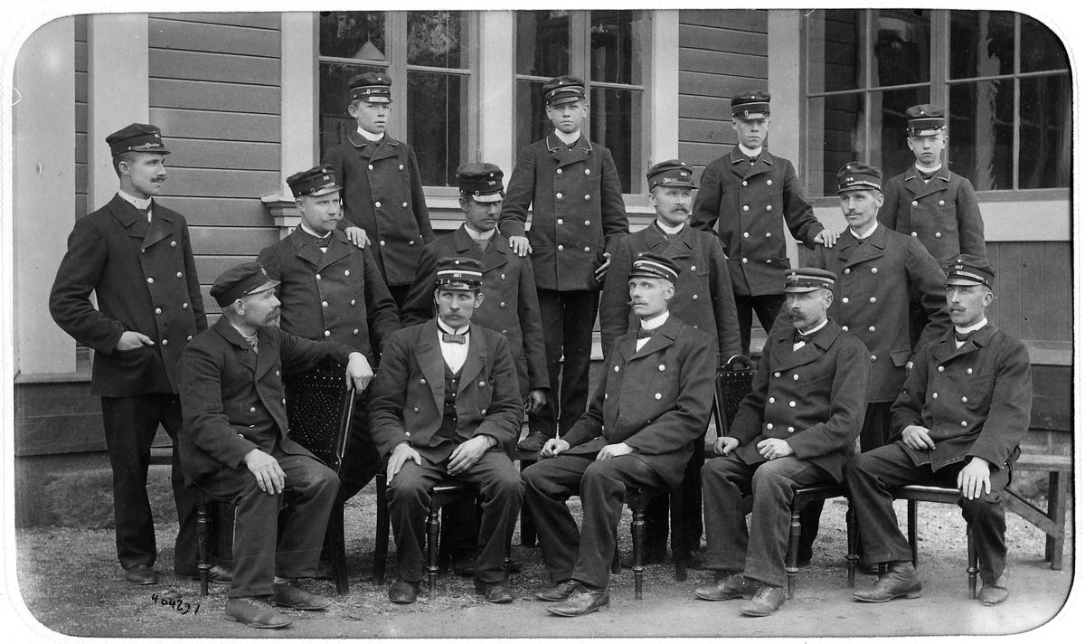 Personal framför stationshuset i Östersund.