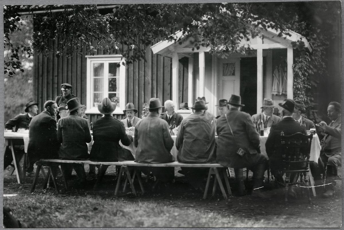 Konung Gustaf V och Konung Alfons XIII jaktsällskap lunchar på Kronojägarebostad på Fagerhult i Hunneberg.