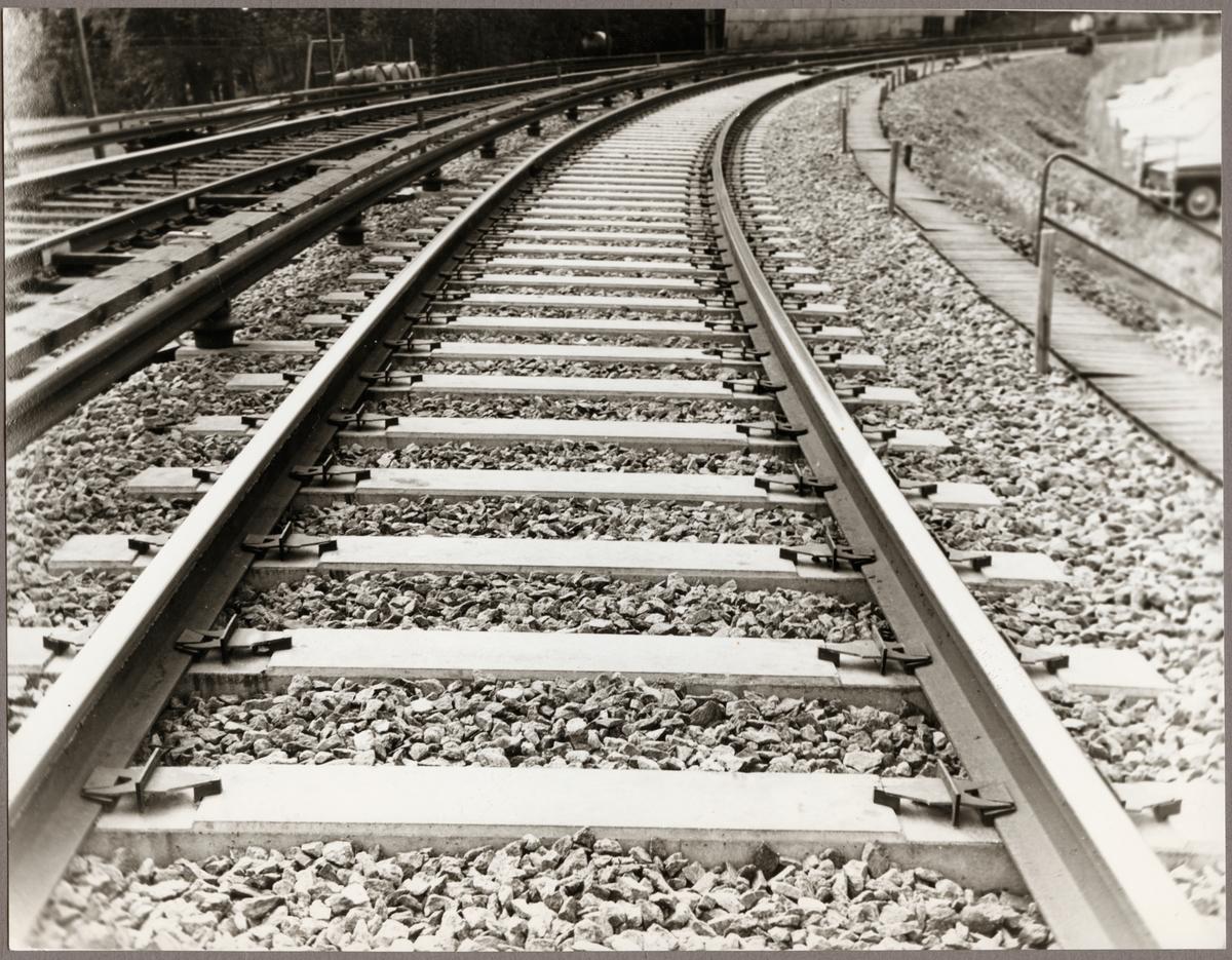 Nylagt järnvägsspår med betongslipers.