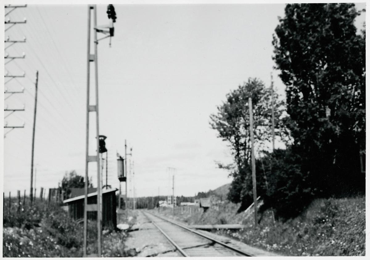 Resta kontaktledningsstolpar under elektrifieringen. På linjen mellan Täng och Krokom.