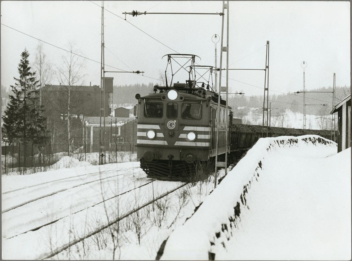 Ellok från Trafikaktiebolaget Grängesberg – Oxelösunds Järnvägar, TGOJ med littera Ma drar ett godståg.