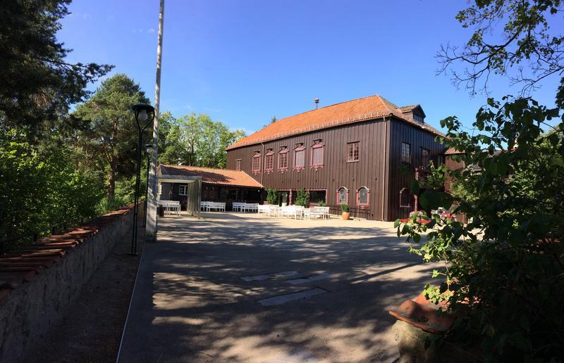 Gjestestuene på Norsk Folkemuseum, sommer, fra gårdsplassen (Foto/Photo)