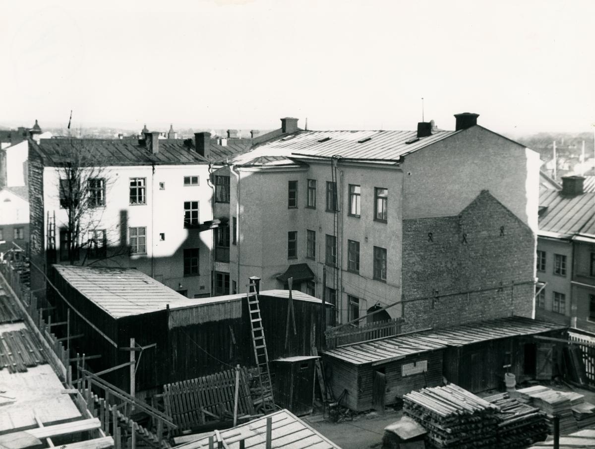 Gårdsvy av bostadshus i kvarteret Haken (nr 8), Tunnbindaregatan 21 i Norrköping. Bilden är tagen i samband med rivningsansökan 1956. Vy mot norr.