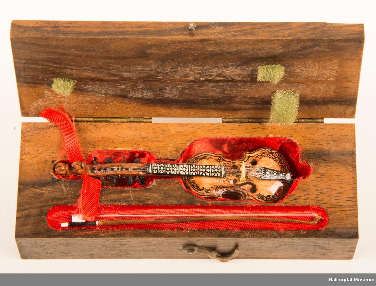 Roger Lie Ronnie har brukt 200 timer på å lage denne hardingfela i miniatyr.