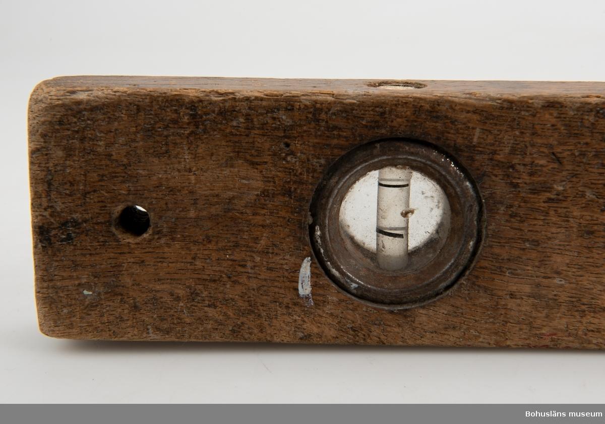 Vattenpass med två avläsningsinstrument. För kontroll av vågräta och lodräta linjer.