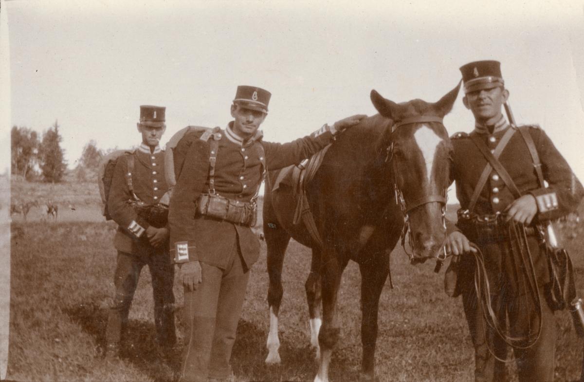 Soldater med officershäst.