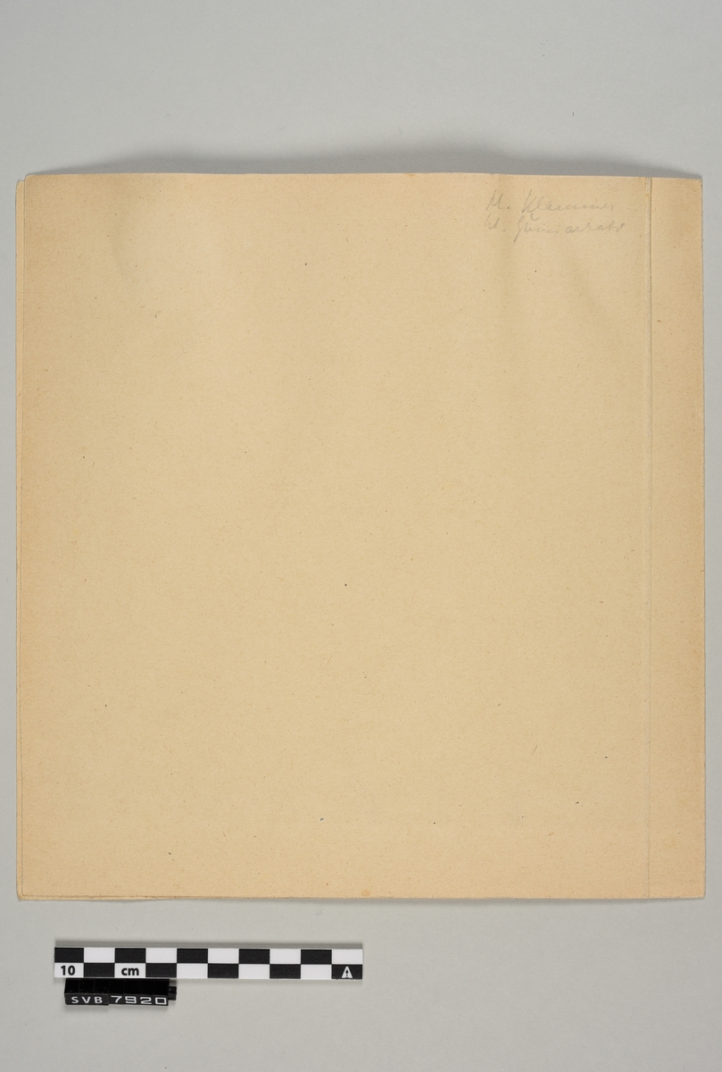 Maleri med transparente, vannoppløselige farger i passepartout. Bildet er malt på et kvadratisk ark av tykkere papir, kartong. Motivet er et fjelllandskap med 3 personer jobbende ved en strandlinje. På baksiden er det skisser tegnet med svart blekk. Passepartouten er laget av et avlangt rektangulært ark som er brettet i midten. Arket er laget av tykkere papir, kartong. Den ene halvdelen er tilskåret slik at det er en kvadratisk lysåpning i midten. Akvarellen er festet med lim til den andre halvdelen. Det er håndskreven tekst og tall med blyant på framsiden under lysåpningen på passepartouten og på baksiden på passepartouten.