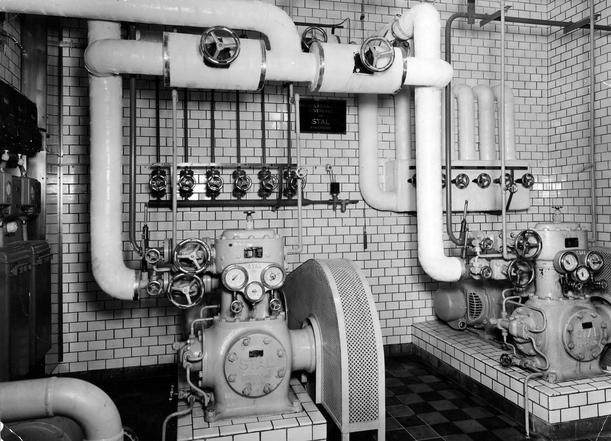 Bilden visar den nya transformatorn som installerades i samband med moderniseringen av Alingsås Bryggeri i början av 1950-talet. Det var Eivor Bäcklunds make som, av bryggeriägaren Sten Möller, anställdes för att modernisera bryggeriet.
