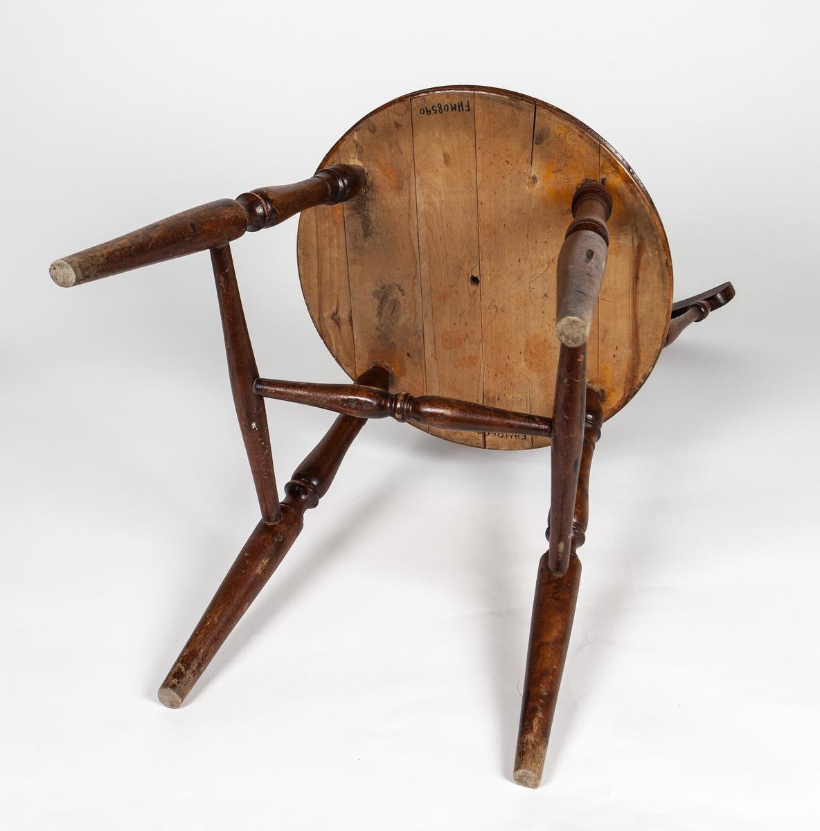Pinnestol. Dreide ben, rundt sete, 7 ryggspiler og toppstykke.