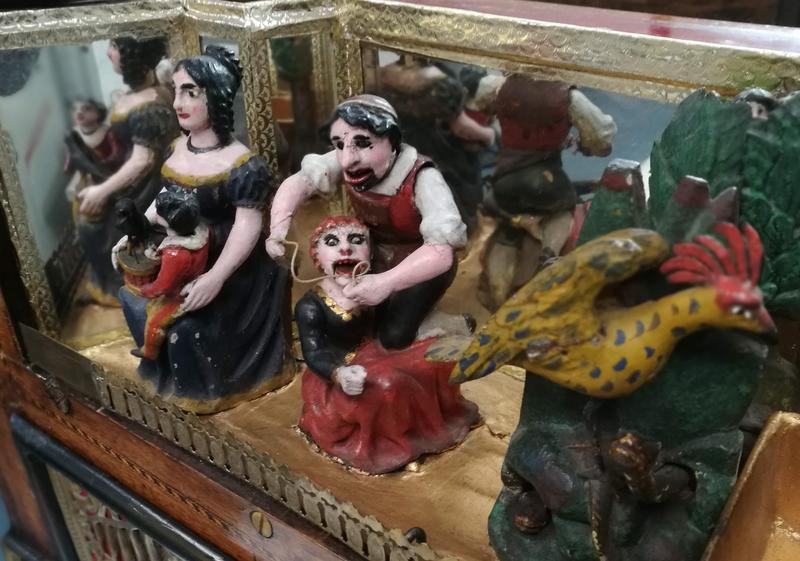 Lokket er utstyrt med merkelig og vakker dekor som danser til musikken. (Foto/Photo)