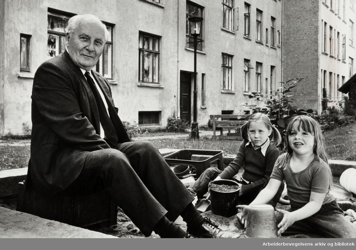 Frogner. Gårdsrom bak Odins gate, Tors gate, Løvenskiolds gate og Frognerveien. Viktor Christoffersen, Naja, 7 år, og Gunn Anita, 6 år. Juli 1981