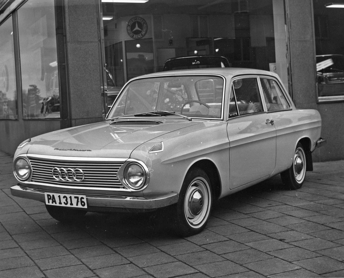 En bil av märket Audi står utanför Philipsons bilförsäljning på Göteborgsvägen 16.