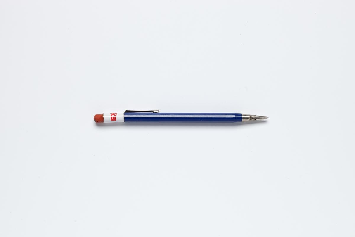 En penn med reklame for det amerikanske oljeselskap Exxon. Pennen er blå med Exxon logo i enden med viskelær. Pennen har et lite håndtak som kan brukes når man bærer pennen i en lomme i klærne.  Penner med logo var en populær reklameartikkel fra olje og bensinselskapene. Reklamepenner ble også brukt av bensinselskapenes medarbeidere i jobben.  Pennen er tatt inn i samlingen i forbindelse med MiAs prosjekt Bensinstasjoner i Akershus 2016-2018.