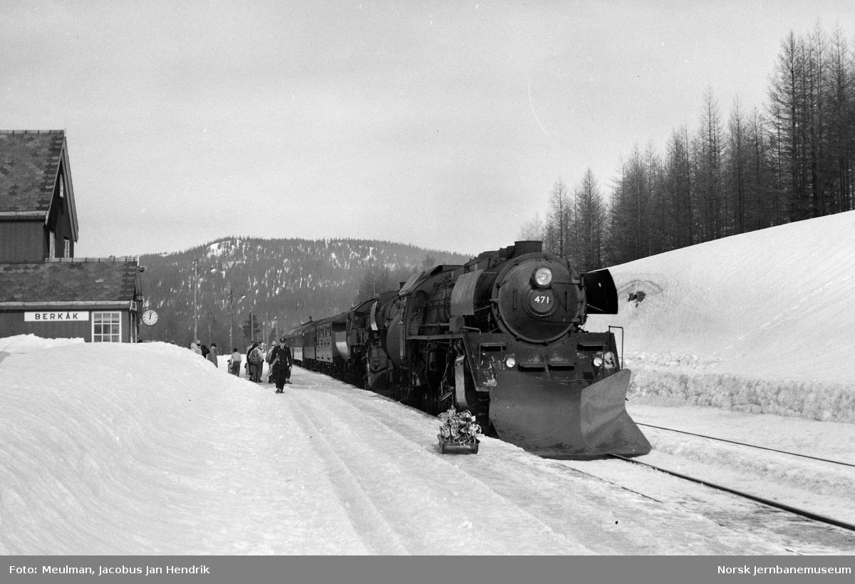 Damplokomotiv type 49c nr. 471 og type 63a nr. 6412 med dagtoget fra Trondheim til Oslo Ø over Dovre, tog 402, kjører inn på Berkåk stasjon.