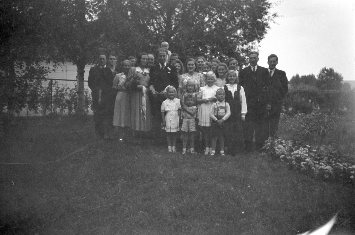 Gjester og brudepar - Borghild, født Børresen, og Einar Olssons bryllup, Aspevang, Vestre Gausdal