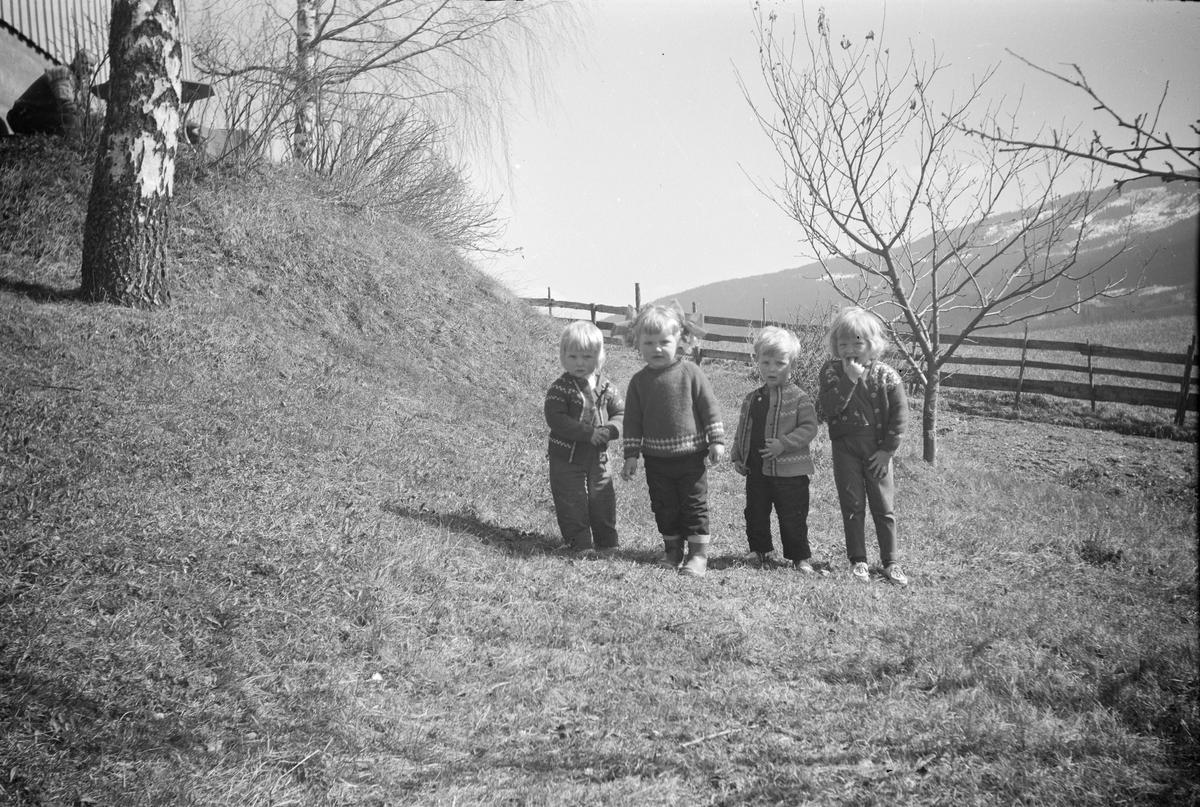 Gruppebilde av fire barn
