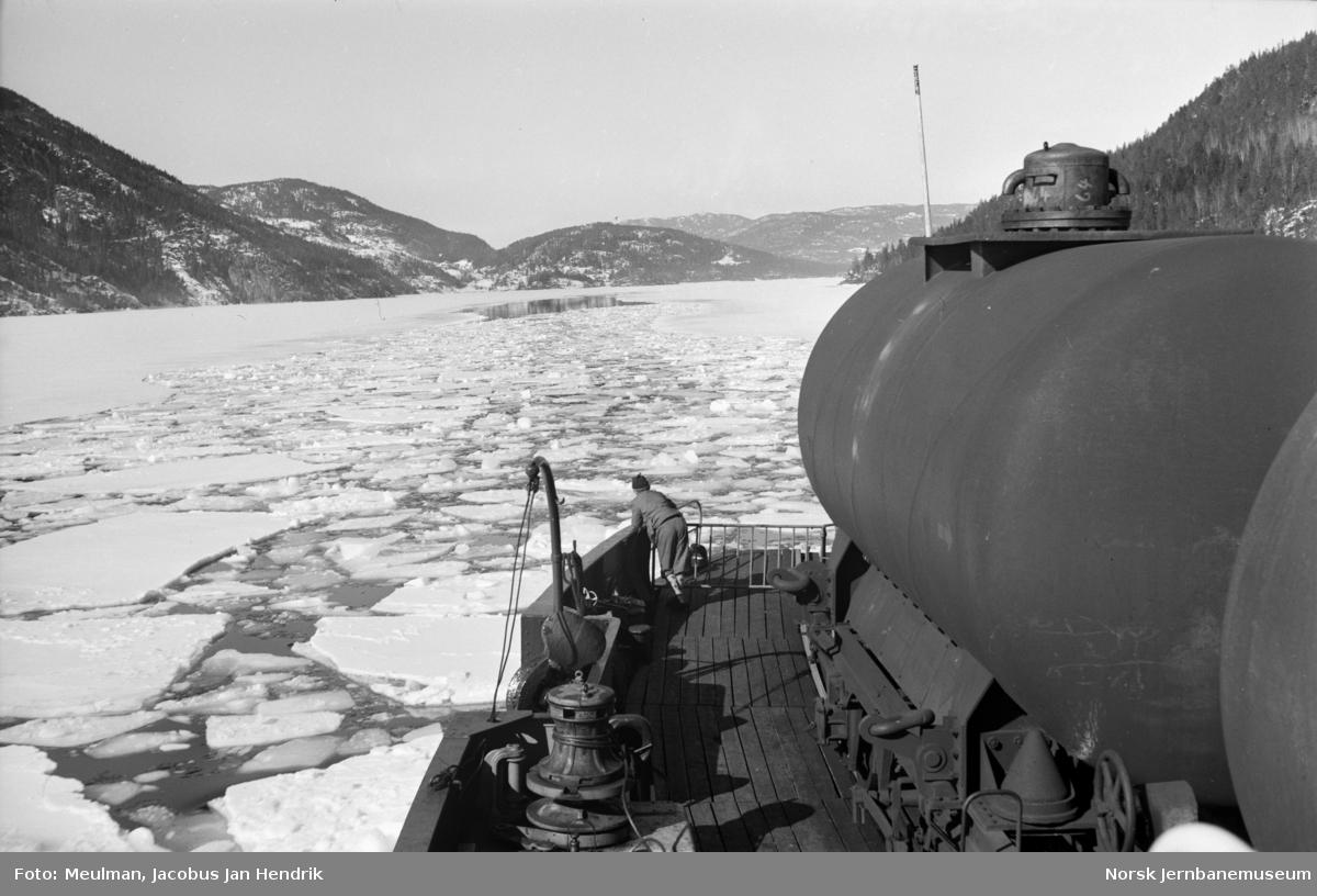 Ombord i D/F Ammonia under overfarten på Tinnsjø.