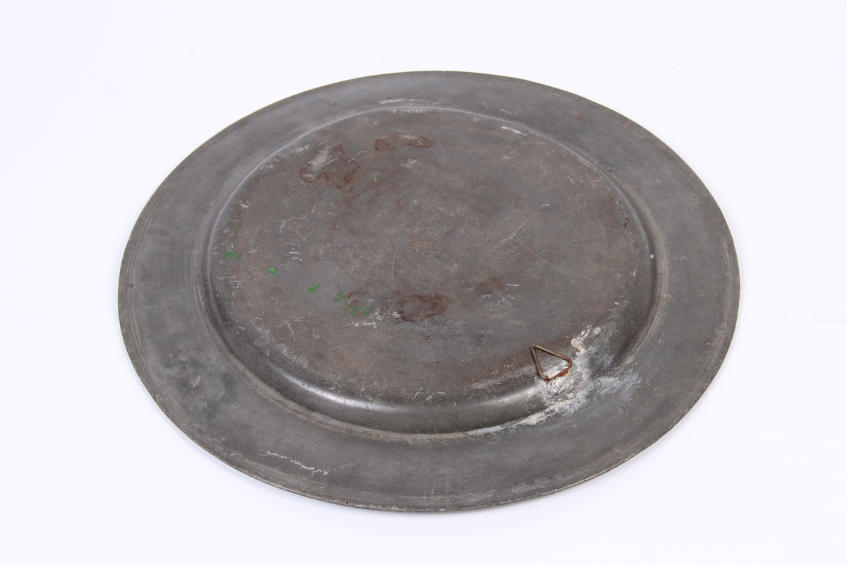 Metallfat med liten hank til opphenging.