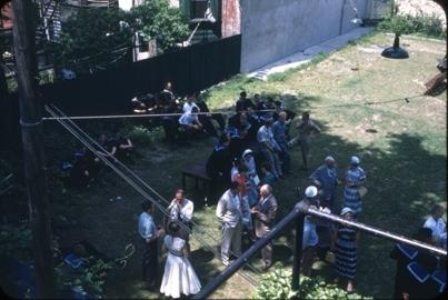 Kadetter fra skoleskipet STATSRAAD LEHMKUHL. Antagelig mottagelse i bakgården til sjømannskirken i New York (33 First Place, Brooklyn).