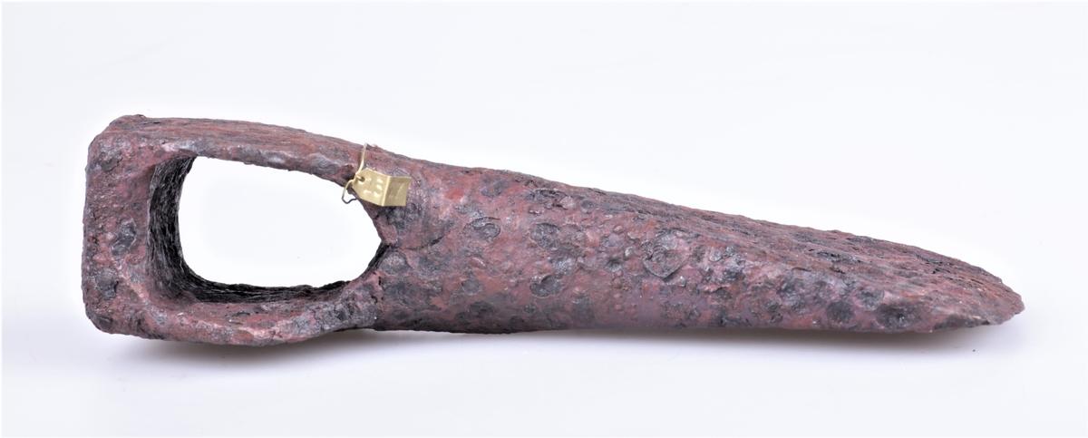 """Øks av jern fra vikingtiden, type G fra Jan Petersens """"De norske vikingesverd"""". Gravfunn fra vikingetiden fra Dyste, Kolbu."""