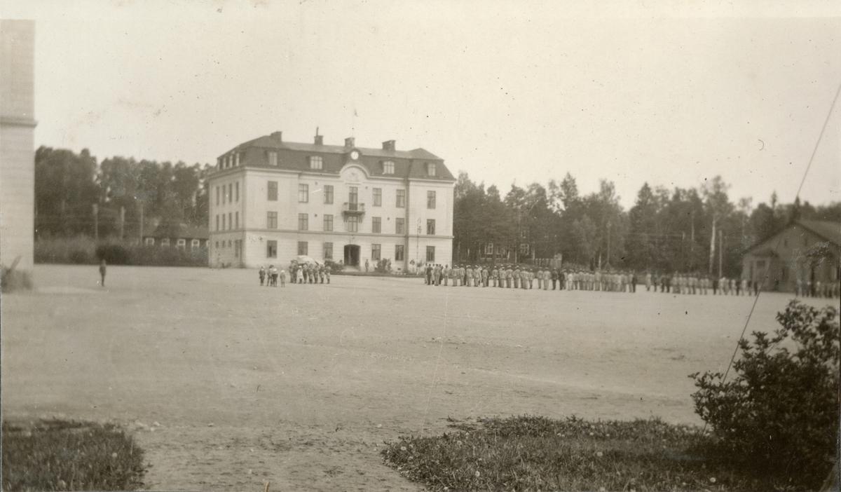 "Bildtext: ""Sommaren 1919 som ledare i Oscar-Fredriksborgs Scoutkår. Svenska flaggans dag."""