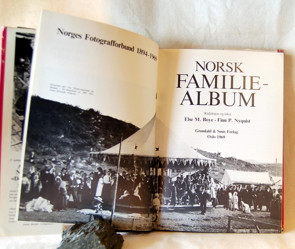 Filosofen Peter Wessel Zapffe og hans kone Berit testamenterte sin eiendom på Båstad i Asker til Universitetet i Oslo. Da det ble besluttet å selge eiendommen i 2009 ble deler av P.W. Zapffes arbeidsrom og andre eiendeler overlatt til Asker Museum. Denne samlingen inngår nå som en permanent utstilling på museet. Smussomslag.