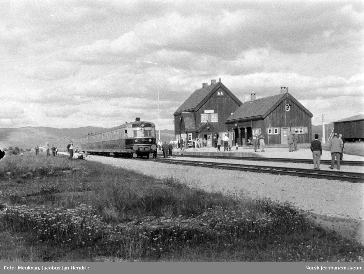 Doverekspressen med dieselmotorvognsett type 88 på Fokstua stasjon.