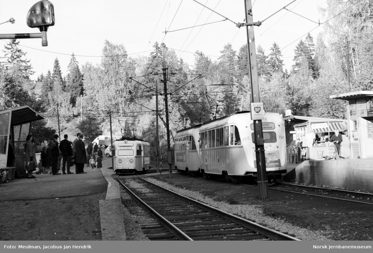 """Jar stasjon på Bærumsbanen ankommende sporvogn type """"Gullfisk"""" nr. 162 til Avløs (til venstre) og avgående sporvognstog på Lilleaker-Østensjøbanen med to sporvogner type """"Gullfisk"""", nærmest til høyre nr. 195."""