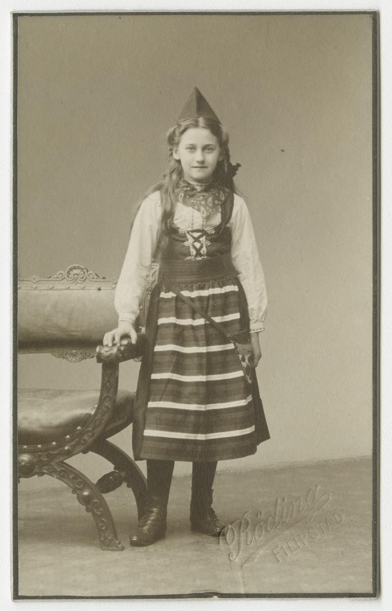 Porträtt av okänd flicka i Rättviksdräkt.