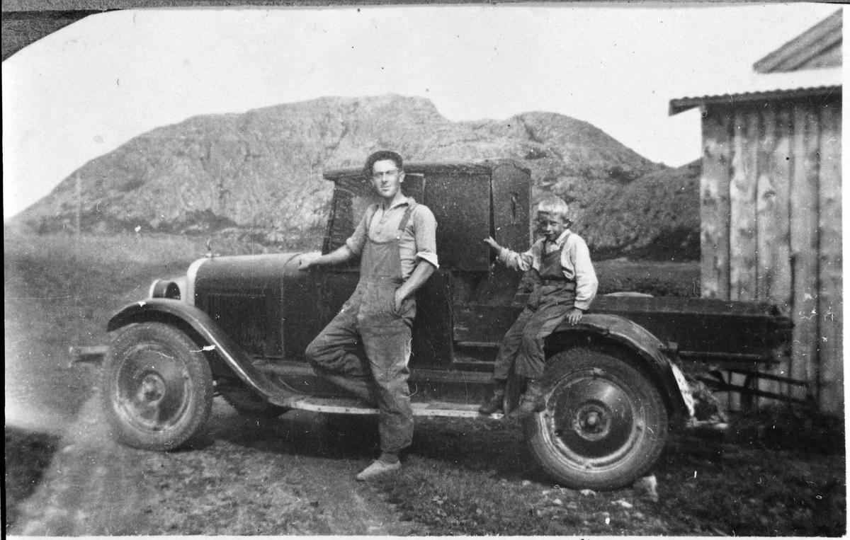 Alfred Kalvå og Olav Kalvå med bil, Ørlandet.