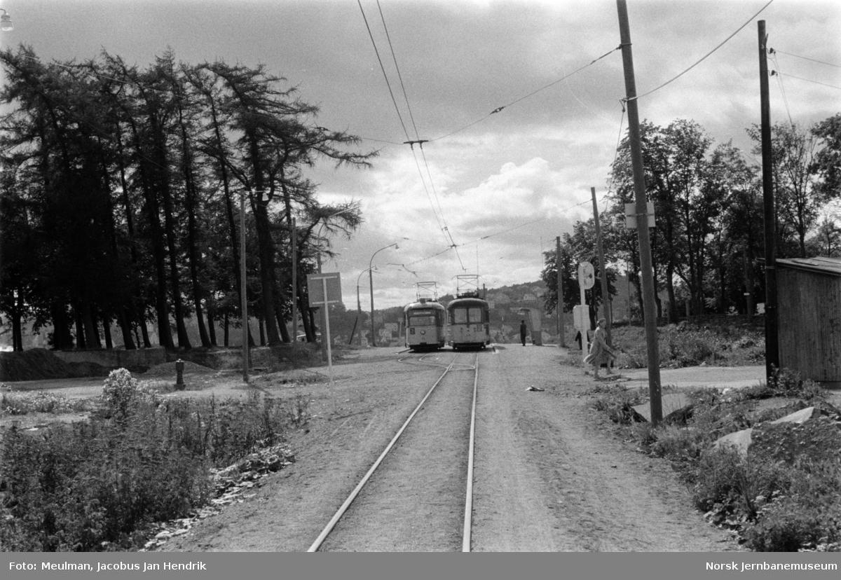 Trondheim Sporvei sporvogner på kryssingsstasjonen på enkeltsporstrekningen på rute 2 til Lade. Signal for enkeltsporstrekningen til høyre.