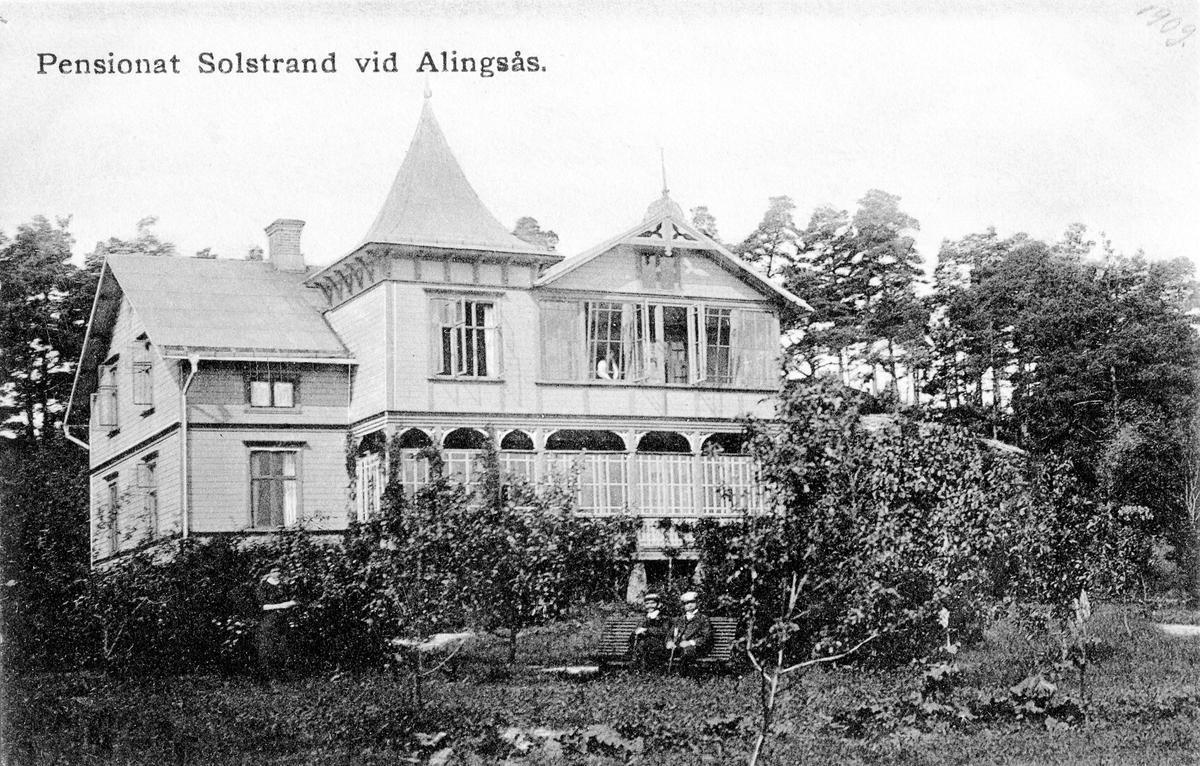 Vykort med motiv från pensionat Solstrand vid Solstrandsvägen i Alingsås. Byggnaden blev sedan till ett barnhem och revs 1978.