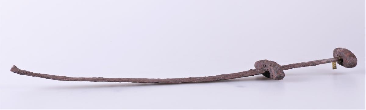 Sverd av type Rygh 489 der nederste del av klingen er avbrukket. Fra vikingtid. Funnet i veikanten mellom Dyren og Rognstad i 1907.
