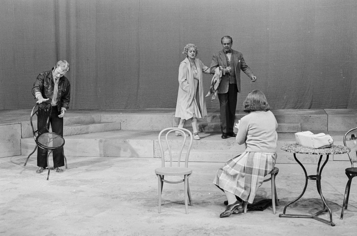 """Scene fra Nationaltheaterets oppsetning av David Storeys """"Hjem"""". Forestillingen hadde premiere 27. oktober 1971. Kirsten Sørlie hadde regi og medvirkende var blant andre Per Aabel som Harry, Stein Grieg Halvorsen som Jack, Ella Hval som Marjorie, Aase Bye som Katleen og Nils Ole Oftebro som Alfred."""