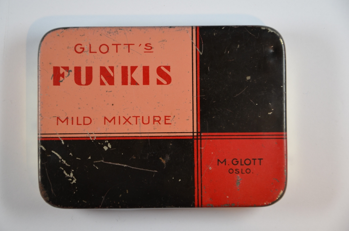 """Glott tobakk eske, med innskriften """"Glott's Funkis Mild Mixture"""".  M. Glott, Oslo. Moritz Glott var født i Kiev i 1867, og kom allerede som 10-åring inn i tobakksbransjen. Han forlot Russland i 1887, oppholdt seg to år i Manchester, England, før han slo seg ned i Kristiania i 1890. I 1895 løste han handelsborgerskap og startet en tobakksforretning og en liten fabrikk i Tollbugata 24. Senere arbeidet Glott opp en bedrift som ble en av de ledende sigarett fabrikker i Norge. I 1914 flyttet firmaet inn i egen gård i Torggata 33. Moritz Glott støttet flere jødiske foreninger med store økonomiske bidrag. Han var også med å stifte DMT i 1892. Under krigen bodde han på sin gård i Sør-Fron i Gudbrandsdalen. Moritz Glott døde i 1946, 79 år gammel."""