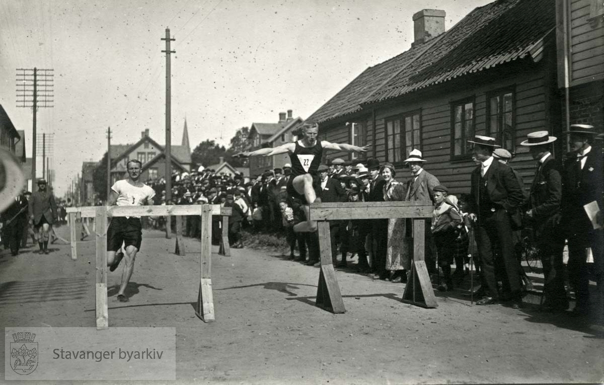 Fra vestlandsmesterskapet i Haugesund i 1913....NB! Dette bildet er for gammelt til å være tatt av Gard Paulsen. Hans Henriksens og Gard Paulsens arkiver ble avlevert sammen. Sjansen er stor for at enkelte bilder har blitt blandet sammen. Henriksen er dermed mest sannsynlig fotograf i dette tilfellet.