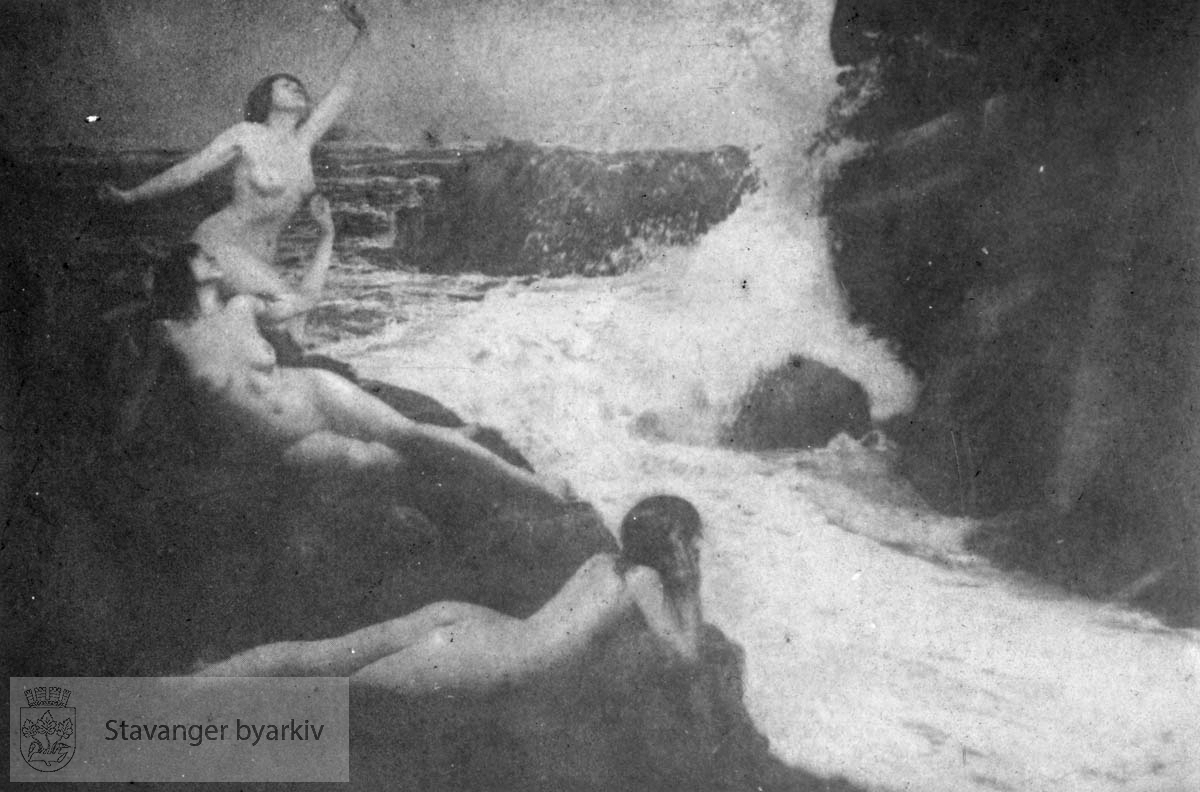 .....Arkivene til Gard Paulsen og Hans Henriksen ble avlevert sammen. Det er dermed noe usikkert hvem som egentlig er fotograf. Enkelte bilder kan ha blandet seg.