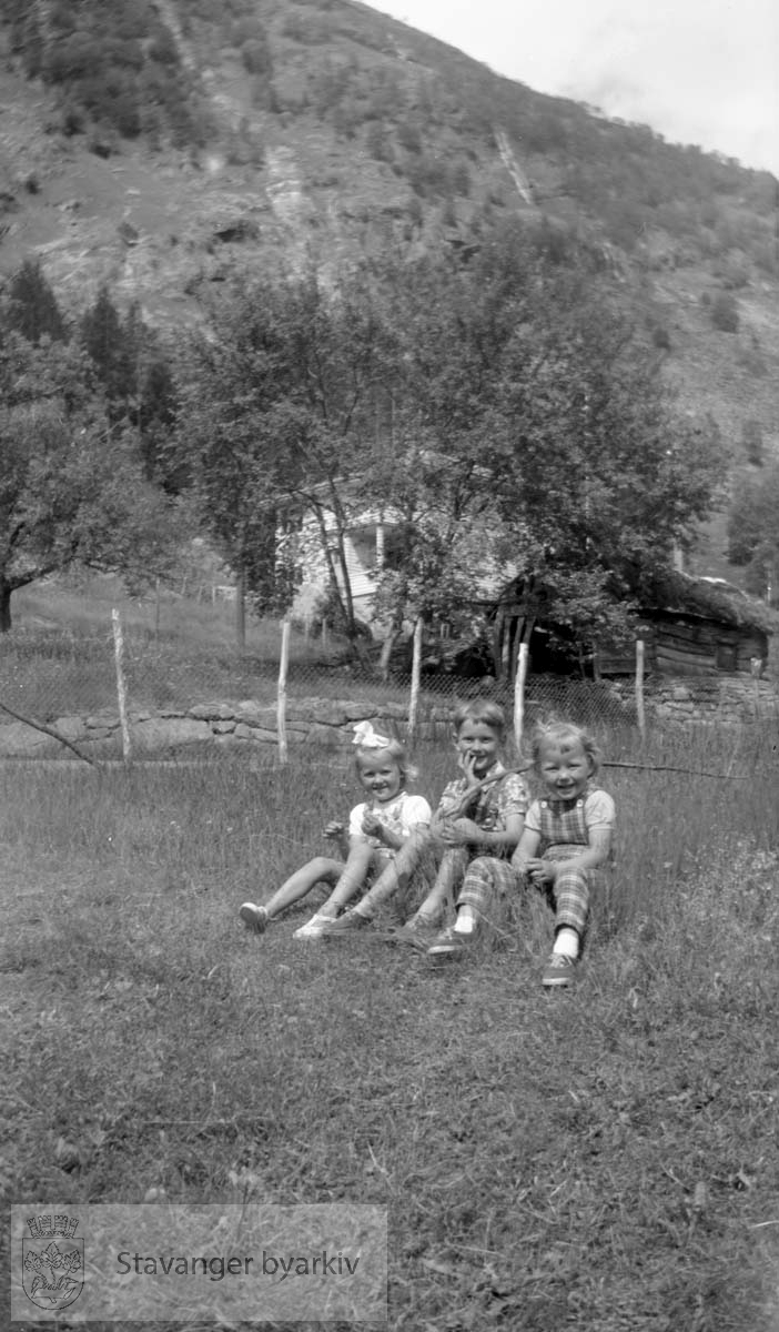 Tre barn i gresset